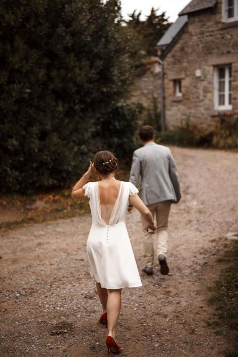 Braut folgt Bräutigam